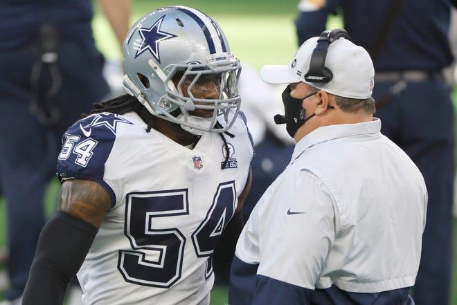Cầu thủ dự bị của Dallas Cowboys Jaylon Smith (54 tuổi) nói chuyện với huấn luyện viên trưởng Mike McCarthy của Dallas Cowboys đấu với Đội bóng đá Washington trong một trận đấu bóng đá NFL ở Arlington, Texas, Thứ Năm, ngày 26 tháng 11 năm 2020.
