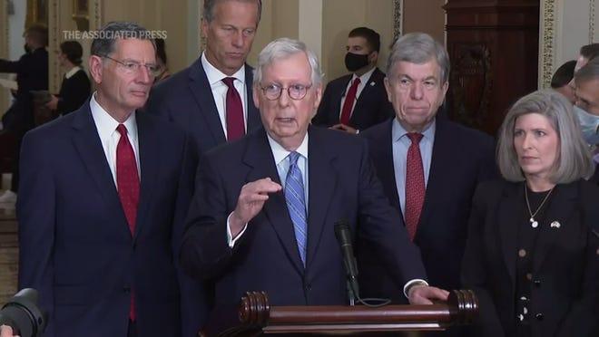 """Lãnh đạo đảng Cộng hòa tại Thượng viện Mitch McConnell từ chối cho vay sự giúp đỡ của đảng của ông về vấn đề trần nợ và nói rằng đảng Dân chủ phải """"bước lên và chăm sóc nó."""" (Ngày 5 tháng 10)"""