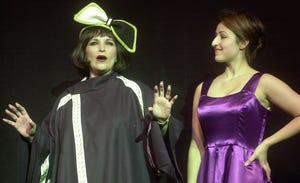 "Debbie Palace, όπως ""Μαμά τριαντάφυλλο"" Και η κόρη της, Baby Palace, επίσης ""Gypsy Rose Lee"" Εξασκηθείτε στην παρουσίαση των παικτών Augusta ""αθίγγανος"" Μάιος 2001 στο Αυτοκρατορικό Θέατρο.  Ο Μπάλλας έχει εμφανιστεί σε πολλές παραγωγές με τους The Augusta Players και υπηρέτησε ως διευθύνων σύμβουλος."