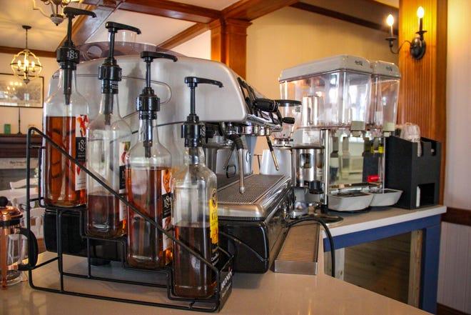 El bar y la máquina de café espresso en Archive Book Cafe en Fall River.