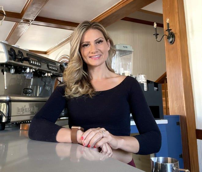 Brenna Custadio es la propietaria de Archive Book Cafe en Fall River.