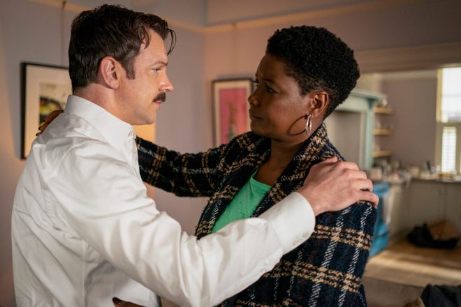 """Ted Lasso (Jason Sudeikis) được bác sĩ tâm thần Sharon Fieldstone (Sarah Niles) an ủi trong Phần 2 của """"Ted Lasso."""""""