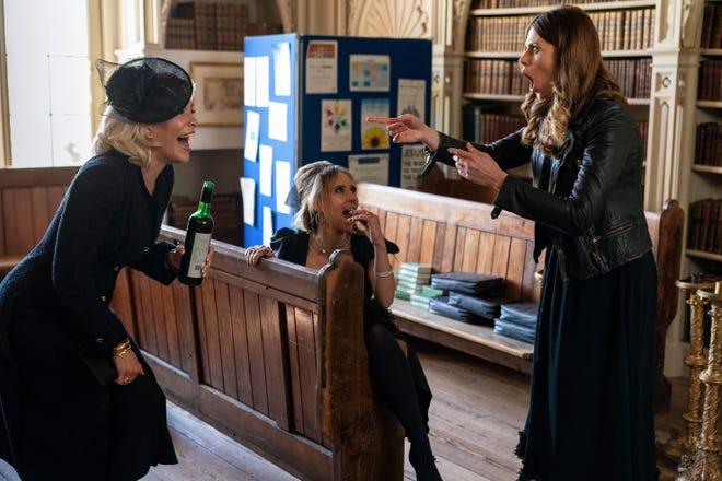 Chủ sở hữu đội AFC Richmond Rebecca (Hannah Waddingham), trái, đã có một trận cười trong đám tang của cha cô với những người bạn Keeley (Juno Temple) và Sassy (Ellie Taylor).
