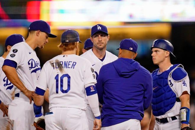 Thẻ hoang dã NL: Cầu thủ ném bóng bắt đầu của Dodgers Max Scherzer phản ứng khi người quản lý Dave Roberts rút anh ta ra khỏi trận đấu.