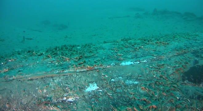 Hình ảnh tĩnh này từ video được quay vào thứ Hai, ngày 4 tháng 10 năm 2021 và do Lực lượng Bảo vệ Bờ biển Hoa Kỳ cung cấp cho thấy một đường ống dẫn hàng chục nghìn gallon dầu tràn ra ngoài khơi bờ biển Quận Cam, California. Video về đường ống bị vỡ làm tràn hàng chục Các chuyên gia cho biết hàng nghìn gallon dầu thô ngoài khơi Nam California cho thấy một vết nứt mỏng dọc theo đầu đường ống có thể cho thấy sự rò rỉ chậm mà ban đầu rất khó phát hiện.