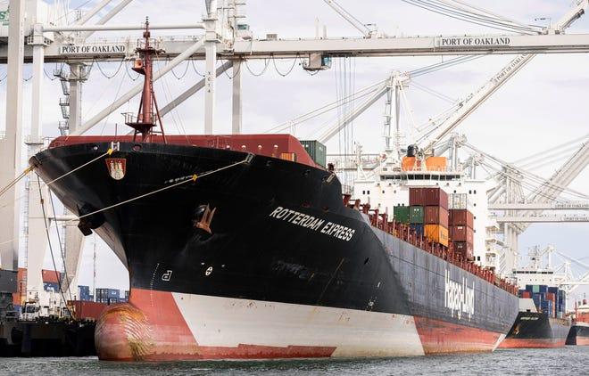 Tàu tốc hành Rotterdam được nhìn thấy tại Cảng Oakland, Thứ Tư, ngày 6 tháng 10 năm 2021 ở Oakland, California.
