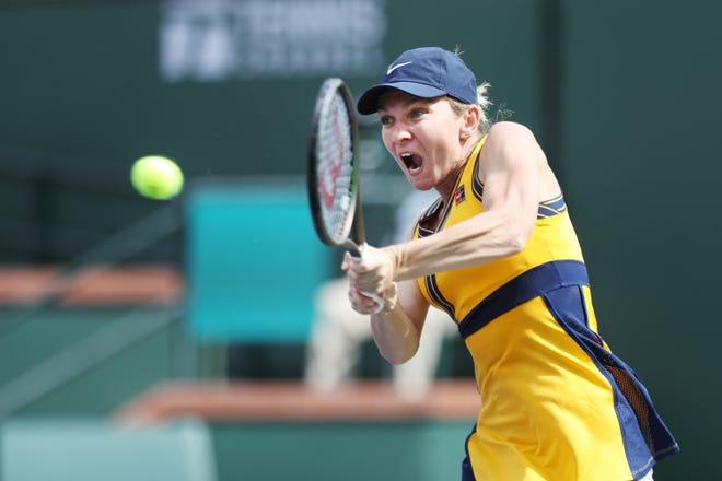 Simona Halep, româncă, îi înapoiază ucrainenei Marta Kostyuk pe un teren la BNP Paribas Open din Indian Wells, California, pe 8 octombrie 2021. Halep a câștigat în două seturi.