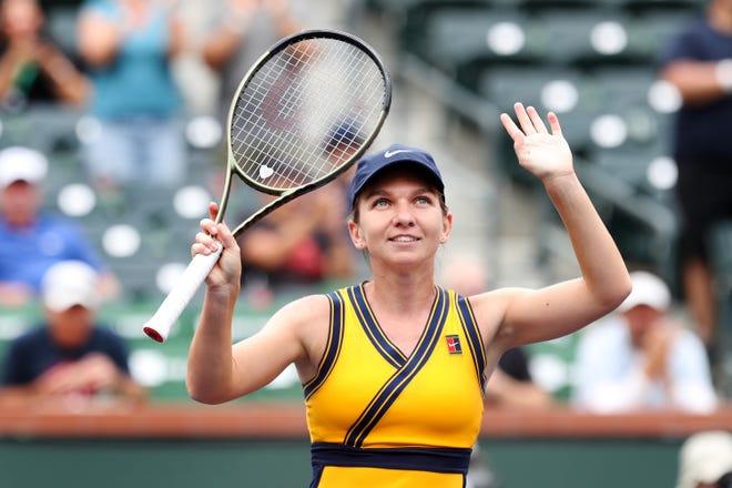 Simona Halep, româncă, face semn cu mulțimea după ce a învins-o pe ucraineana Marta Kostyuk la Curtea 1 la BNP Paribas Open din Indian Wells, California, pe 8 octombrie 2021. Halep a câștigat în două seturi.