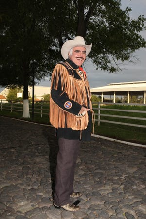 Vicente Fernández está respondiendo al tratamiento, aunque de forma muy lenta, por lo que es falso que su había decidido desconectarlo y llevarlo a su rancho, por ello es que su hijo prefirió aclarar la situación.