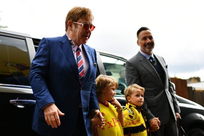 (LR) Ngài Elton John, các con trai Elijah và Zachary, và David Furnish