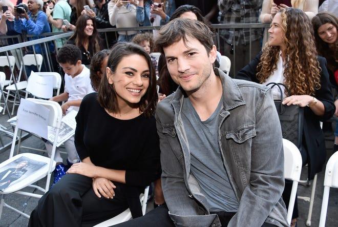 Mila Kunis (L) và Ashton Kutcher