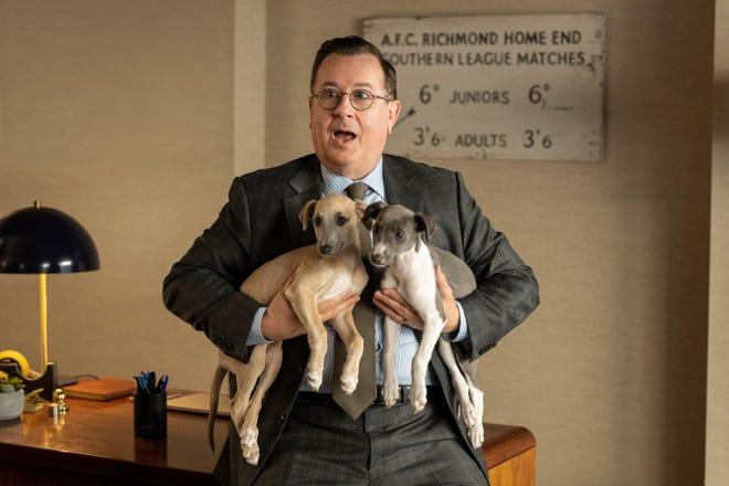 """AFC Richmond's Higgins (Jeremy Swift) nuôi hai chú chó săn chó đang cạnh tranh để trở thành linh vật tiếp theo của đội trong đêm chung kết Phần 2 của """"Ted Lasso."""""""