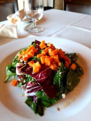 Insalata Zucca Inverno en los restaurantes Siena en East Greenwich y Smithfield.  Las verduras están cubiertas con calabaza asada sazonada con especias de calabaza.