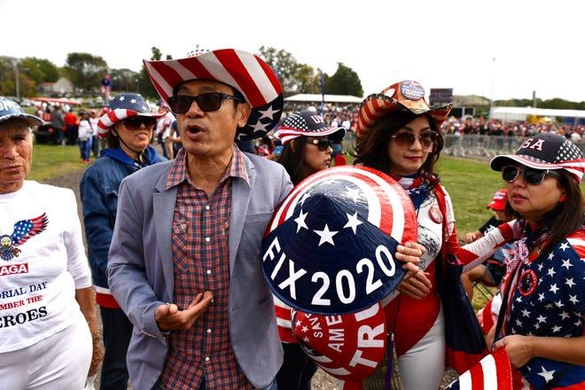 """Một người Mỹ gốc Việt ủng hộ cựu Tổng thống Donald Trump từ Los Angeles giải thích lý do tại sao gia đình ông đổi tên họ từ họ Trần thành Trump tại Iowa State Fairgrounds ở Des Moines vào ngày 9 tháng 10. """"Khi bạn có một vị vua thực sự làm việc chăm chỉ, người dân sẽ về họ của anh ấy, """"T. Trump nói."""