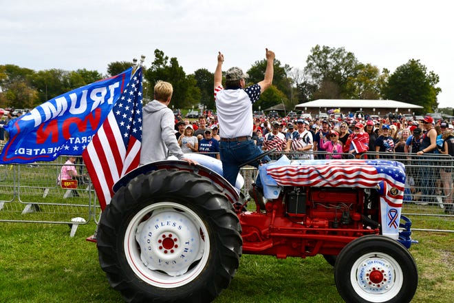 Gary Leffler, phải, 60 tuổi, ở West Des Moines dẫn đầu một bài hát cho những người ủng hộ đã tập trung sớm để gặp cựu Tổng thống Donald Trump tại Iowa State Fairgrounds ở Des Moines vào ngày 9 tháng 10 năm 2021.