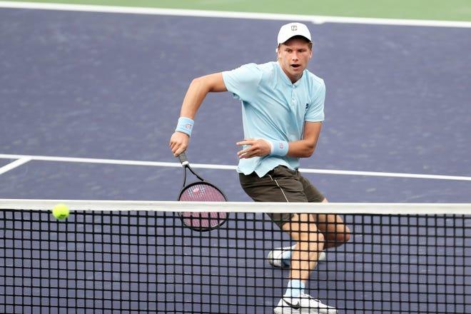 L'Américain Jenson Broxby renvoie un tir au Turc Jim Ilkil sur Court One à l'Open BNP Paribas d'Indian Wells, en Californie, le 8 octobre 2021. Broxby a gagné en deux sets.