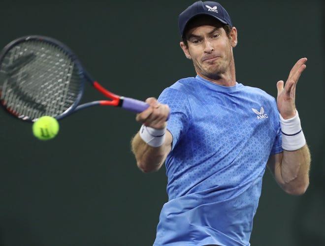 Andy Murray frappe un coup lors de son match contre Adrian Mannarino à l'Open BNP Paribas d'Indian Wells, vendredi 8 octobre 2021.