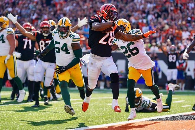 Cincinnati Bengals running back Joe Mixon rushes for an 8-yard touchdown during the fourth quarter Sunday at Paul Brown Stadium.