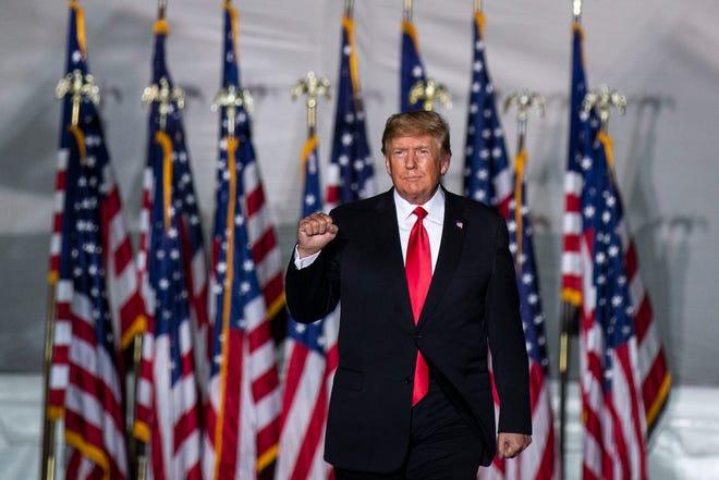 Cựu Tổng thống Donald Trump đứng trên sân khấu tại cuộc biểu tình của ông ở Des Moines, Iowa, vào thứ Bảy.  Ngày 9 tháng 10 năm 2021.