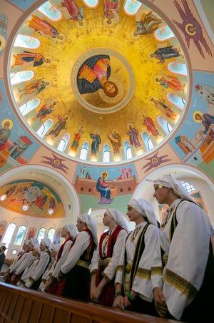 Τα μέλη της Ελληνικής Ορθόδοξης Εκκλησίας της Αγίας Αικατερίνης στη Νάπολη φορούν παραδοσιακή ελληνική ενδυμασία κατά τη διάρκεια της λειτουργίας που πραγματοποίησε ο Πρόεδρος της Ελληνικής Ορθόδοξης Εκκλησίας την Κυριακή 10 Οκτωβρίου 2021.  Της Ελληνορθόδοξης Επισκοπής το 1922