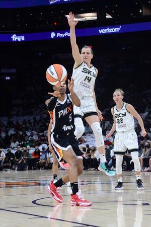 2021. gada 10. oktobris;  Fīniksa, Arizona, ASV;  Fīniksas dzīvsudraba aizsargs Šejs Pedijs (5) 2021. gada WNBA fināla 1. spēles pirmajā pusē bumbas nospieduma centrā kustina Čikāgas Sky aizsargs Allijs Kvallijs (14).
