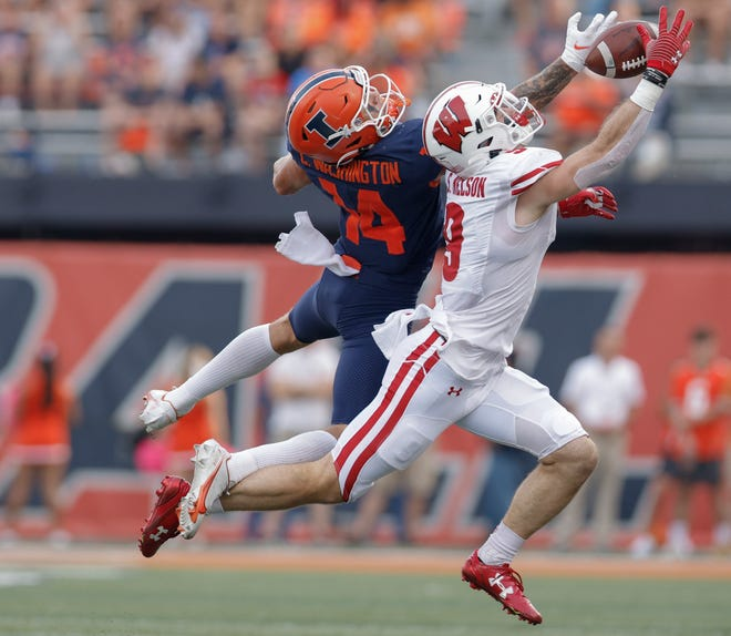 Illinois' Casey Washington and Wisconsin's Scott Nelson battle for a ball that would fall incomplete during the second half Saturday.