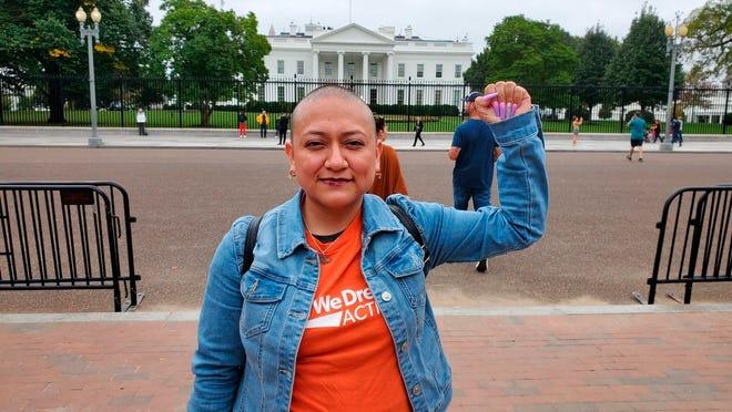 """Fotografía personal cedida donde aparace la """"soñadora"""" mexicana Karina Ruiz, que está protegida por el programa de Acción Diferida(DACA), durante una manifestación frente a la Casa Blanca en Washington."""