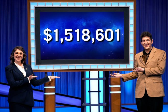 """Matt Amodio tạo dáng với """"Jeopardy!""""  chủ nhà Mayim Bialik bên cạnh tổng số chiến thắng 38 trận của anh ấy."""