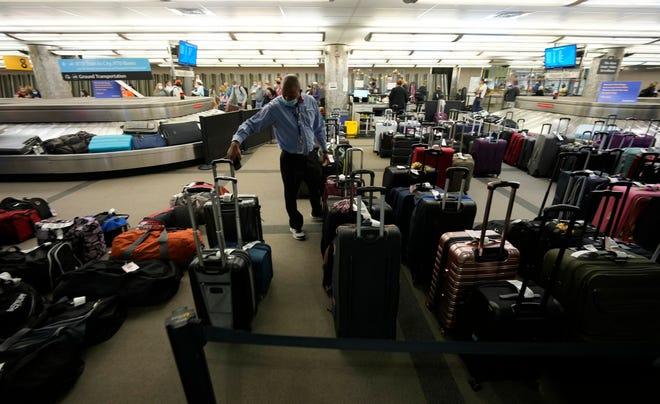 Hành lý không có người nhận chất đầy giữa các băng chuyền dành cho hành khách đến trên các chuyến bay của Southwest Airlines tại Sân bay Quốc tế Denver vào ngày 10 tháng 10.