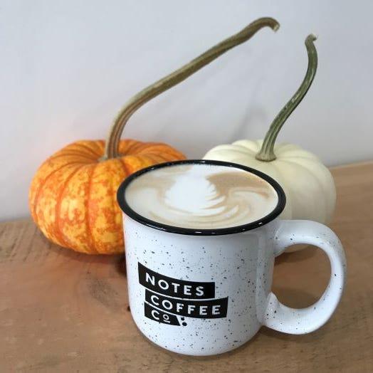 Lattes fríos y calientes con especias de calabaza están en el menú de Notes Coffee Co. en Pawtucket.