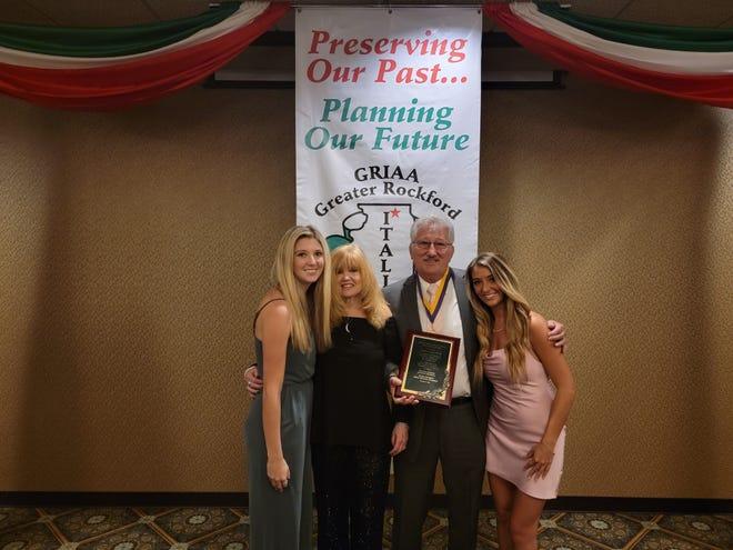 Jerry Dagostin, fotografato con la moglie Cathy e la famiglia, è stato premiato dalla Great American Society a Rockford, in Italia, il 9 ottobre 2021, al Venice Club di Rockford.