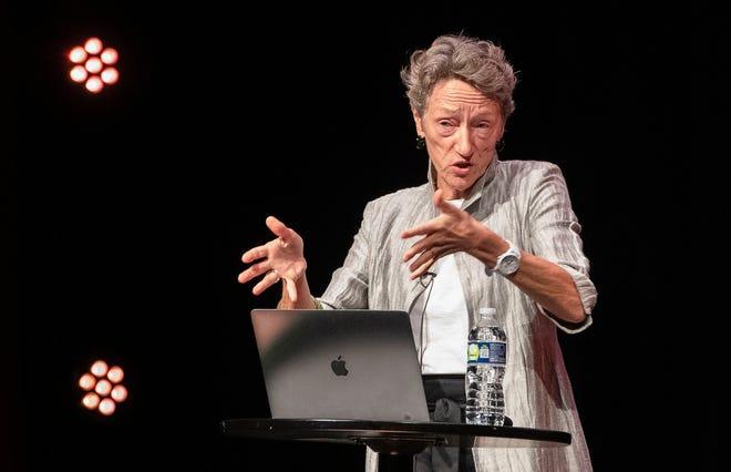 Ellen Dunham-Jones, directora del programa de Diseño Urbano en Georgia Tech, habla durante una presentación de la CivicCon el lunes en el REX Theatre en Pensacola sobre su investigación sobre cómo los centros comerciales moribundos en todo Estados Unidos se han modernizado con éxito para ayudar a las comunidades a abordar una variedad de desafíos.