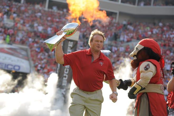 Cựu huấn luyện viên trưởng của Tampa Bay Buccaneers, Jon Gruden trên sân khi Buccaneers vinh danh đội vô địch Super Bowl 2002 vào năm 2012.