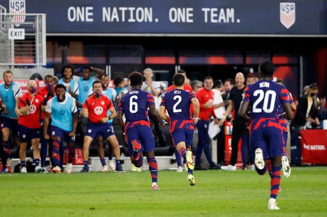 Hậu vệ Sergi – o Dest (2) của Hoa Kỳ ăn mừng bàn thắng của anh ấy vào lưới Costa Rica trong hiệp một của vòng loại World Cup của họ trên sân Lower.com Field ở Columbus, Ohio vào ngày 13 tháng 10 năm 2021.