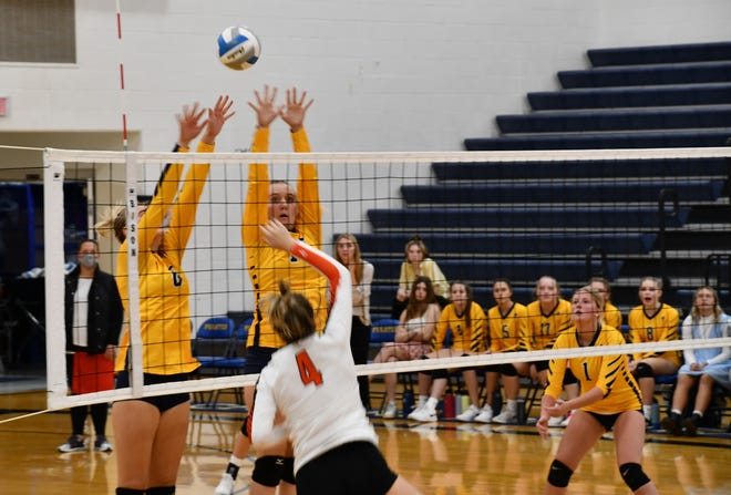 Pirates at the net during the last part of the first set