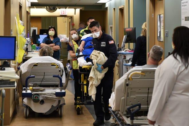 Một đội xe cấp cứu của Lansing dệt một đống quá khứ những chiếc giường đã bị chiếm dụng ở hành lang trong trung tâm cấp cứu của Sparrow.