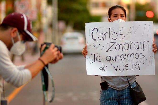 Fotografía de archivo en la que se observa a colegas y familiares pidiendo el regreso del comunicador Carlos Zataráin, secuestrado en la ciudad de Mazatlán, en el estado de Sinaloa (México).