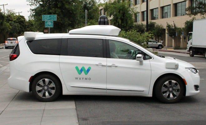 Trong ảnh hồ sơ này được chụp vào ngày 08 tháng 5 năm 2019, xe tự lái Waymo vào bãi đậu xe tại trụ sở chính của công ty thuộc sở hữu của Google ở Mountain View, California.