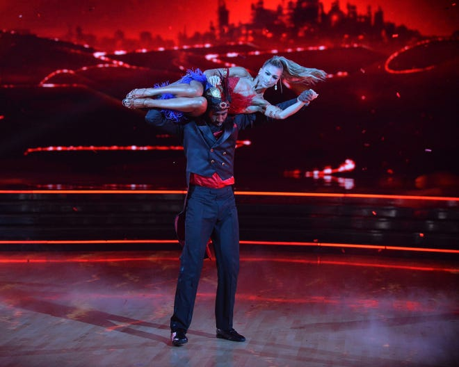 """Iman Shumpert magically lifts pro partner Daniella Karagach in Tuesday's """"Dancing With the Stars."""""""