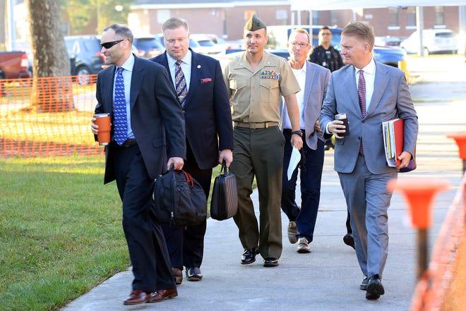 Trung tá Stuart Scheller Jr và các luật sư của anh ta đi bộ đến phòng xử án ở Trại Lejeune ở Jacksonville NC vào thứ Năm, ngày 14 tháng 10 năm 2021. Scheller đang bị đưa ra tòa sau những bình luận công khai của anh ta vào tháng 8 và tháng 9 chỉ trích việc Mỹ rút khỏi Áp-ga-ni-xtan.