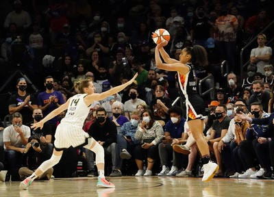 The scene for Games 3-4 of the WNBA Finals shifts to Chicago starting Friday for Skylar Diggins-Smith, right, Allie Quigley (14) and their teammates.