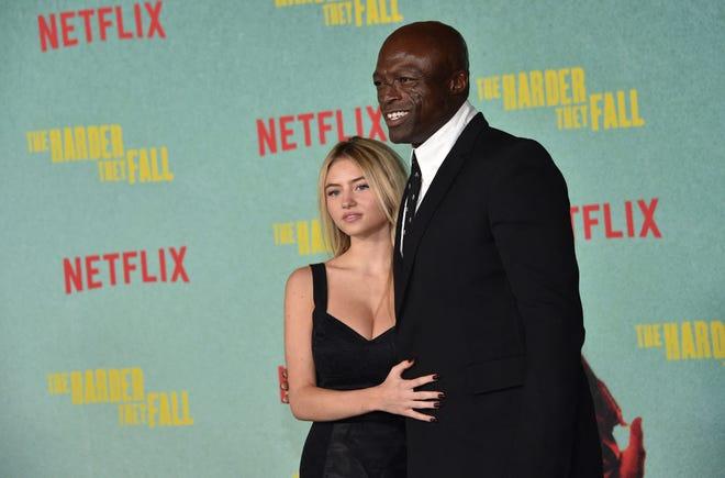 """Ca sĩ người Anh Seal và người mẫu Leni Olumi Klum đến tham dự Buổi chiếu đặc biệt ở Los Angeles của Netflix """"Càng khó họ gục ngã"""" tại Thính phòng Shrine ở Los Angeles vào ngày 13 tháng 10 năm 2021."""