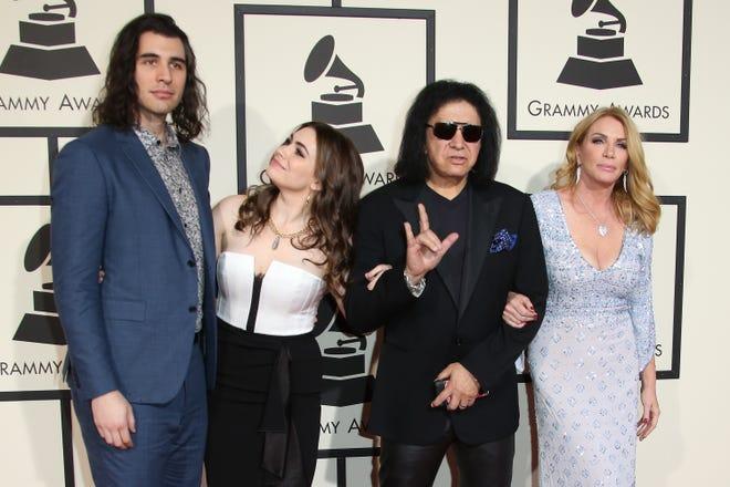 (LR) Nick Simmons, Sophie Simmons, nhạc sĩ Gene Simmons và nữ diễn viên Shannon Tweed