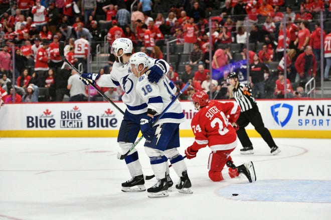 Lightning, Perşembe gecesi Little Caesars Arena'da Red Wings'e karşı 7-6 galibiyetini kutluyor.