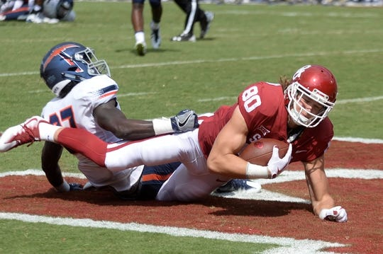 Sep 2, 2017; Norman, OK, USA; Oklahoma Sooners tight end Grant Calcaterra (80) scores a touchdown in front of UTEP Miners defensive back Devin Cockrell (27) during the second quarter at Gaylord Family - Oklahoma Memorial Stadium. Mandatory Credit: Mark D. Smith-USA TODAY Sports
