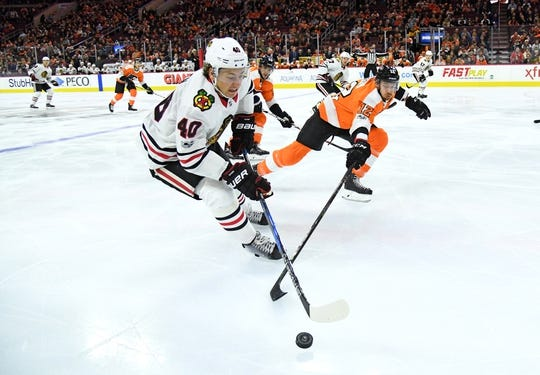 Nov 9, 2017; Philadelphia, PA, USA; Chicago Blackhawks right wing John Hayden (40) battle for the puck against Philadelphia Flyers left wing Michael Raffl (12) during the first period at Wells Fargo Center. Mandatory Credit: Eric Hartline-USA TODAY Sports
