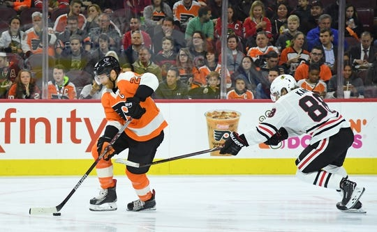 Nov 9, 2017; Philadelphia, PA, USA; Philadelphia Flyers center Claude Giroux (28) carries the puck past Chicago Blackhawks right wing Patrick Kane (88) during the first period at Wells Fargo Center. Mandatory Credit: Eric Hartline-USA TODAY Sports