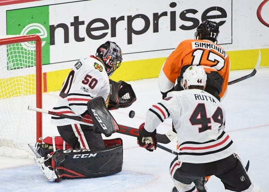 Nov 9, 2017; Philadelphia, PA, USA; Chicago Blackhawks goalie Corey Crawford (50) makes a save as Philadelphia Flyers right wing Wayne Simmonds (17) looks for rebound during the third period at Wells Fargo Center. Mandatory Credit: Eric Hartline-USA TODAY Sports