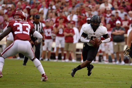 Sep 22, 2018; Norman, OK, USA; Army Black Knights quarterback Kelvin Hopkins Jr. (8) runs the ball in front of Oklahoma Sooners linebacker Ryan Jones (33) during the first quarter at Gaylord Family - Oklahoma Memorial Stadium. Mandatory Credit: Mark D. Smith-USA TODAY Sports