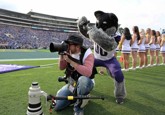 Oct 6, 2018; Pasadena, CA, USA; Washington Huskies mascot Harry poses with NFL photographer Michael Yanow during the game against the UCLA Bruins at Rose Bowl. Mandatory Credit: Kirby Lee-USA TODAY Sports